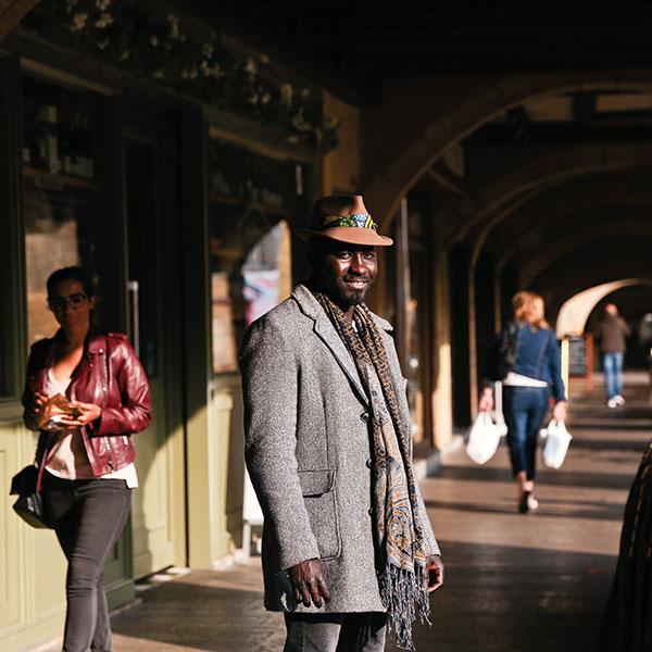 Jean Dib Ndour, gérant du café littéraire M-Tiss photographié place Saint-Louis à Metz.