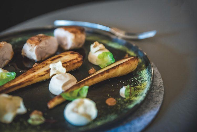 Volaille, panais, sauces pralinée et cacahuète au restaurant Le Pampre, à Metz.