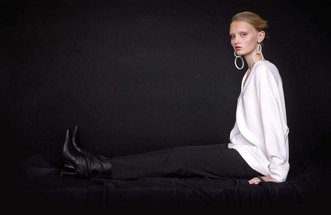 Tunique Alberto Biani, pantalon Jil Sander Navy, bottines Celine, bijoux Raw Adornments.