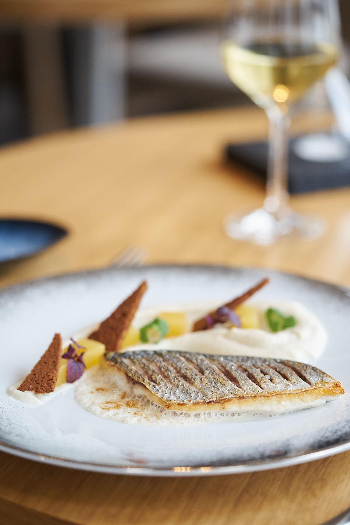 Recette : Filet de dorade rôti, topinambour, rutabaga et pain d'épices par Le Grazin de Sel - Photo : Maxime Gautherot