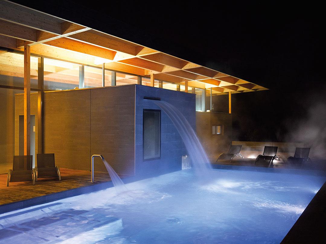 Un bassin extérieur proposé dans le parcours spa de La Source des Sens © Alexis Delon / Preview