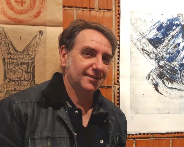 Henri Walliser devant ses gravures à L'Evasion à Sélestat. © Fabrice Voné