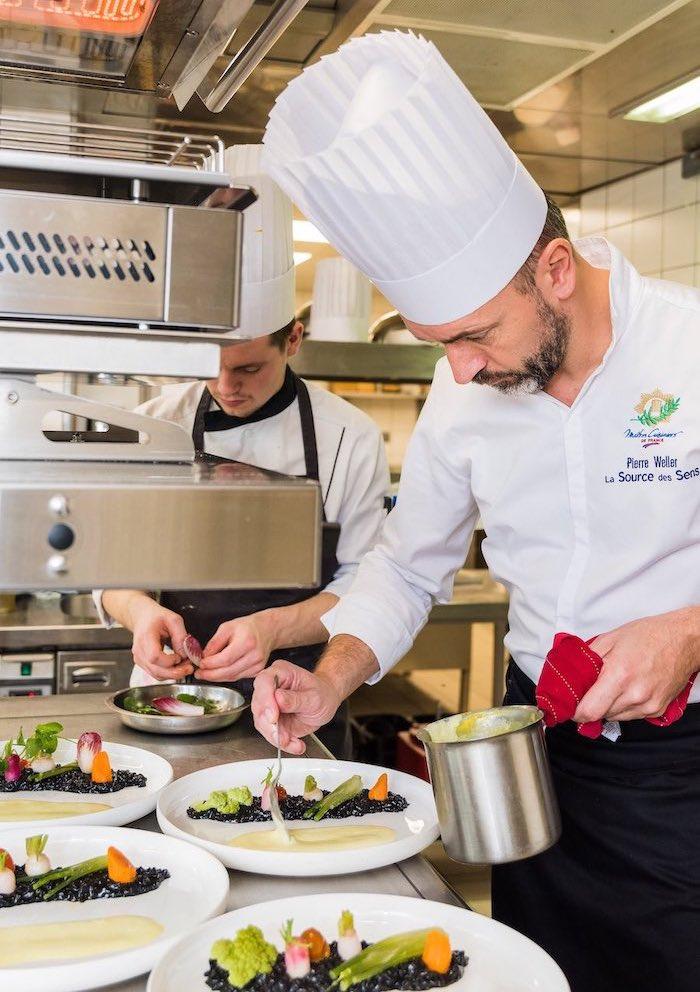 Pierre Weller dans les cuisines du restaurant de la Source des Sens. © Milan Szypura