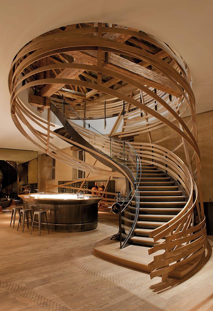 Escalier de la Brasserie Les Haras à Strasbourg, designé par Jouin-Manku et réalisés par les Ateliers Stroh, entreprise de KS groupe. Photo : Hélène Hilaire