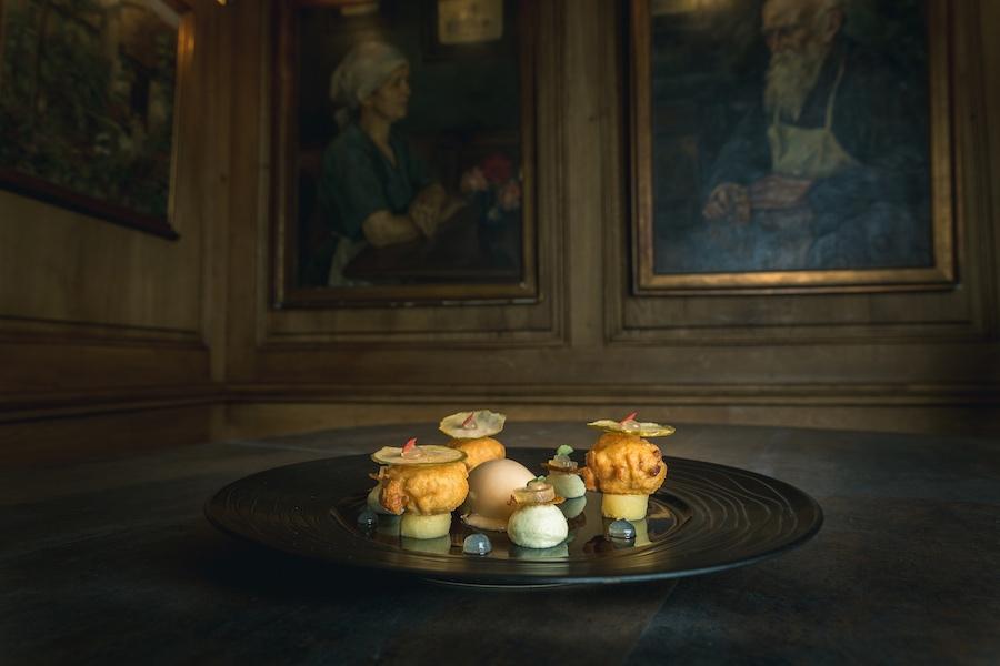 """Une cuisine """"fine de terroir"""", dans une salle à l'ambiance musée."""
