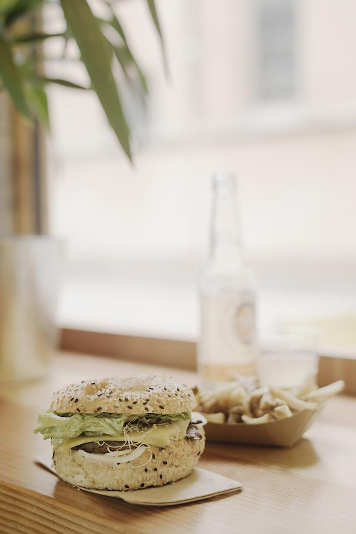 Vélicious Burger, burger Sherwood, frites, vegan © Henri Vogt