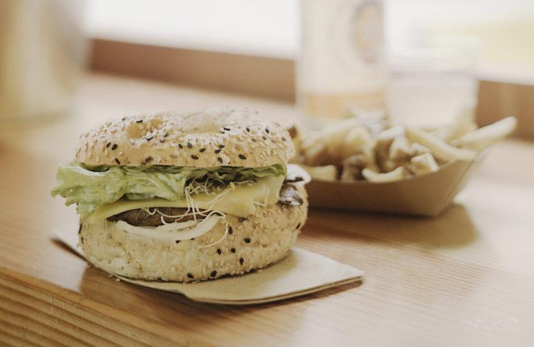 Vélicious Burger, burger et frite © Henri Vogt