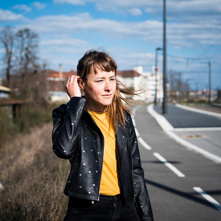 Zut Magazine - Alice Fremeaux, responsable du développement de la SPL Deux-Rives, photographiée au Petit Rhin à Strasbourg par Pascal Bastien