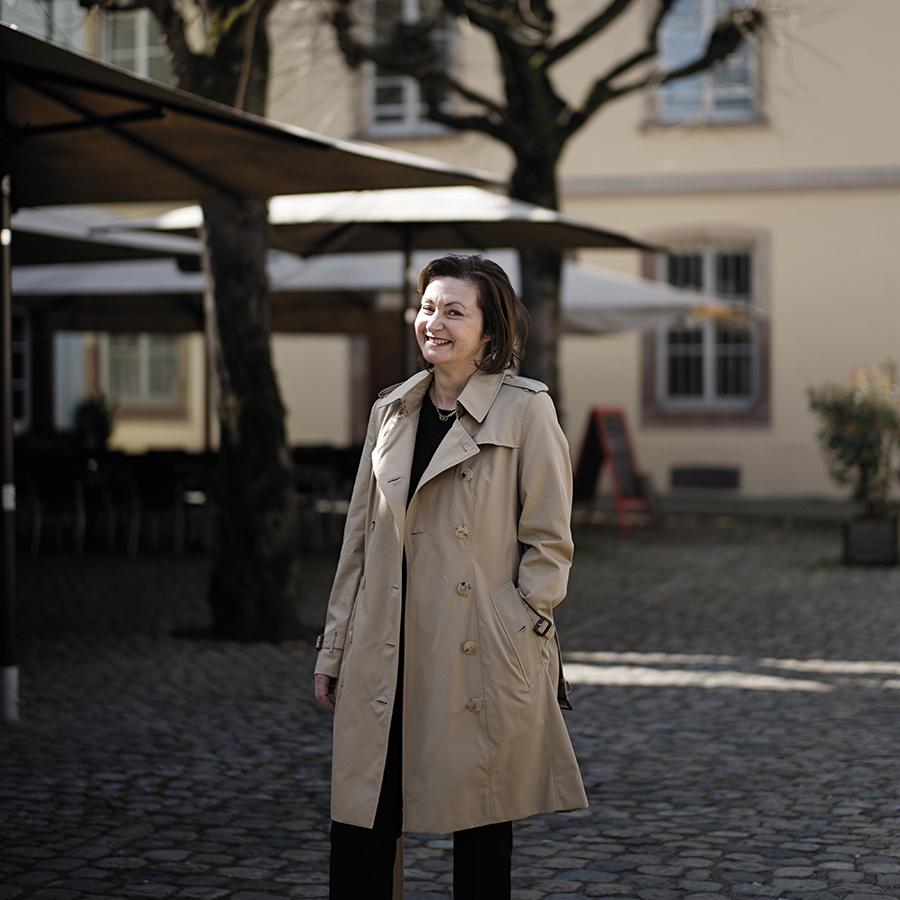 Zut Magazine - Anne Kalebjian, directrice de la boutique dinh van, photographiée place du marché Gayot à Strasbourg par Henri Vogt