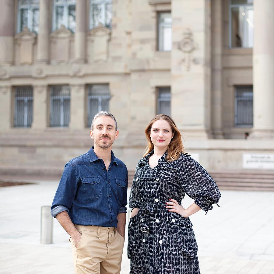 Zut Magazine - Jérémie Lotz et Emmanuelle Alizon de l'agence Noiizy, photographiés devant le Palais de justice de Strasbourg, par Hugues François