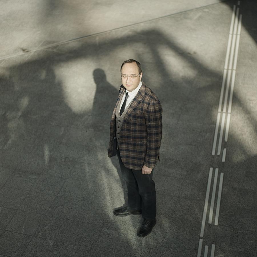 Zut Magazine - Luc Soler, directeur scientifique de l'IRCAD, photographié à la gare de Strasbourg par Henri Vogt