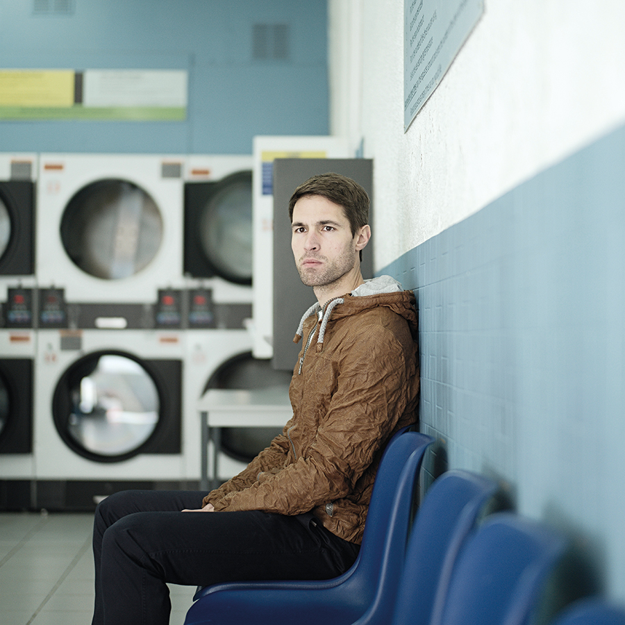 Zut Nicolas Decoud, auteur, photographié à la laverie Grand'Rue à Strasbourg par Henri Vogtgazine -