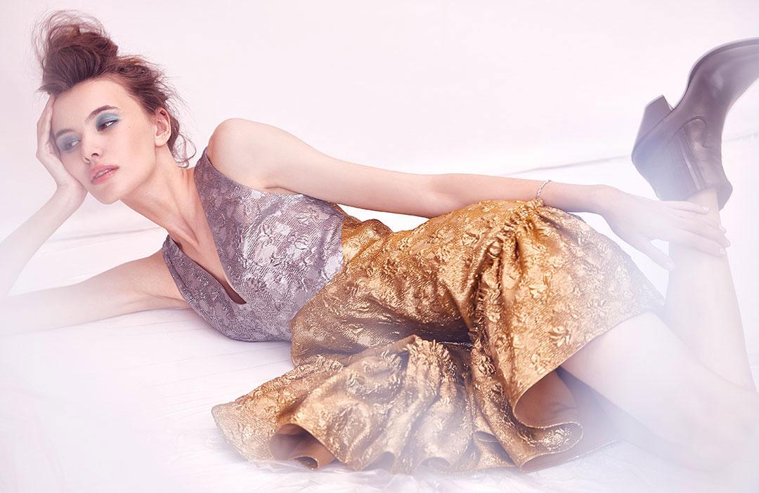 ZUT—Série mode— Robe courte bicolore N°21 et bottines Celine chez Ultima. Bracelet en or blanc Éric Humbert. ©Alexis Delon / Preview