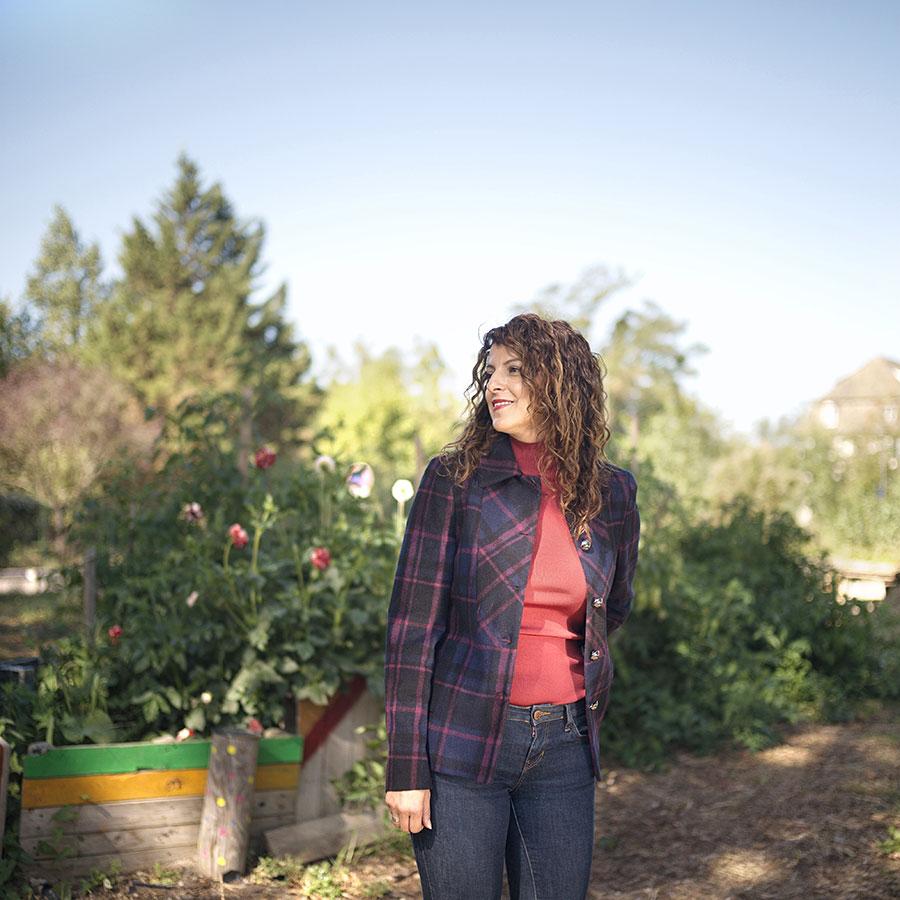 ZUT-MAGAZINE—Denia Ben El Harbes, cheffe de projet de la foire St-Art, photographiée au jardin d'Apollonia