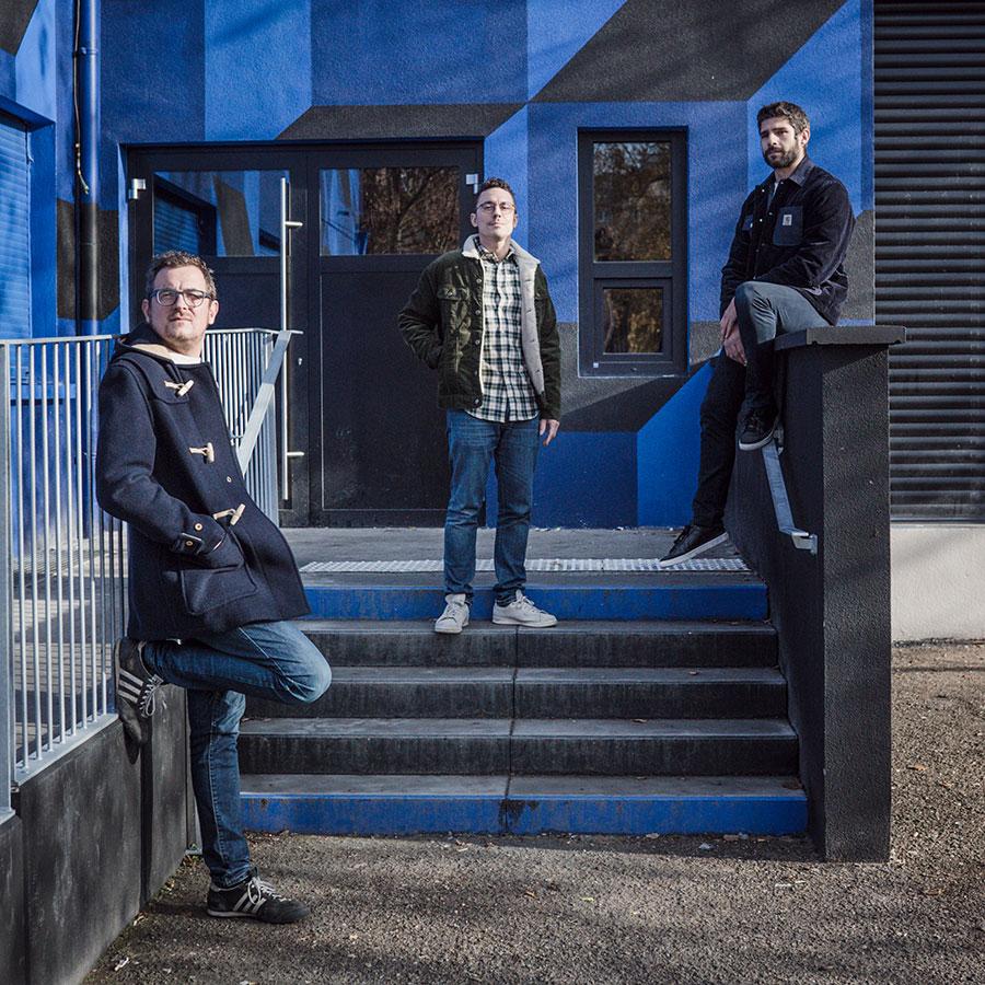 ZUT-MAGAZINE—Guillaume Christmann, Xavier Nachbrand et Matthieu Belhaddad, architecte, photographiée à la Maison bleue - ©Jésus s. Baptista