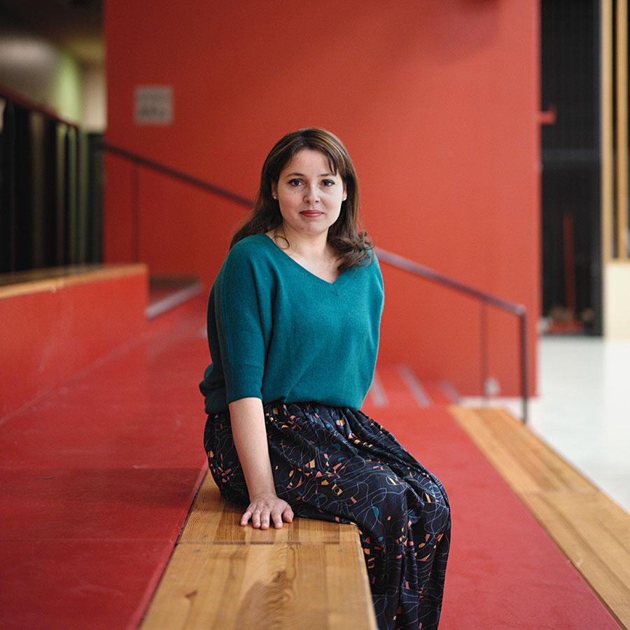 ZUT-MAGAZINE—Nora Tafiroult, chargée de mission, photographiée Gymnase Reuss - Neuhof - ©Henri Vogt