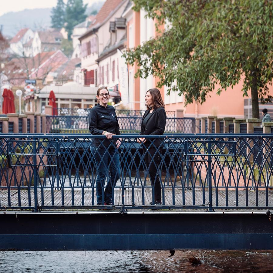 Hélène Ober & Joëlle Boissier, photographiées au parc du Casino. © Christoph de Barry