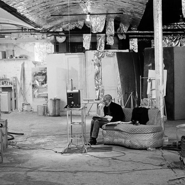 Exposition Home Stories Vitra Design Museum, Andy Warhol à la Factory en 1965 / Photo Nat Finkelstein
