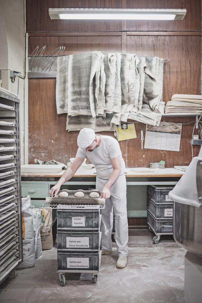 Le boulanger Xavier Pfeiffer façonne le pain dans le laboratoire de la boulangerie Woerlé. © Jésus s. Baptista
