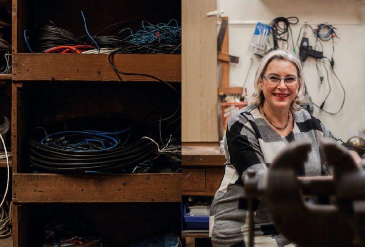 Cathie Meppiel, électricité Schierer Jung, dans son atelier © Hugues François