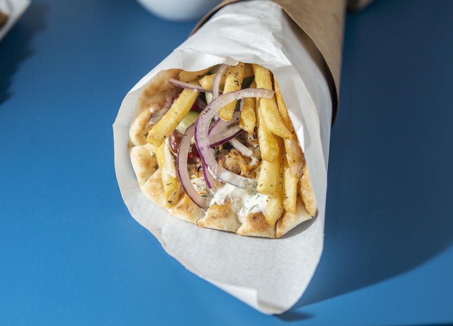 Le souvlaki en sandwich pita du restaurant Yamas. © Christophe Urbain
