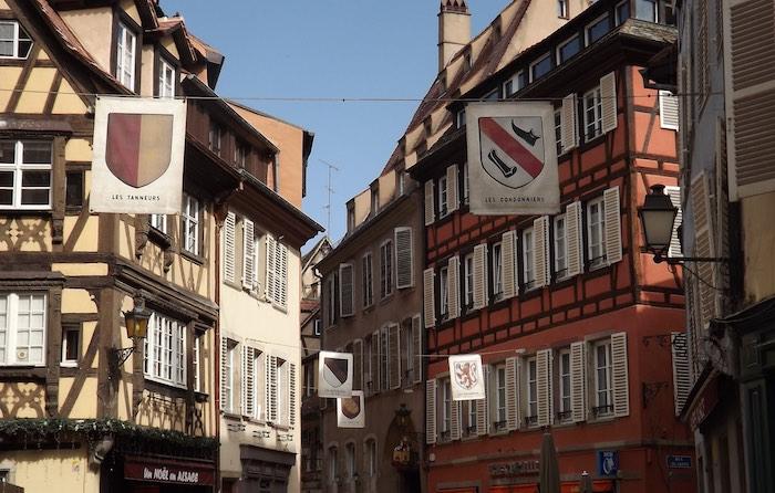 D'anciennes armoiries de corporations étendues dans la rue des Dentelles, à Strasbourg. Photo: C. Paccou