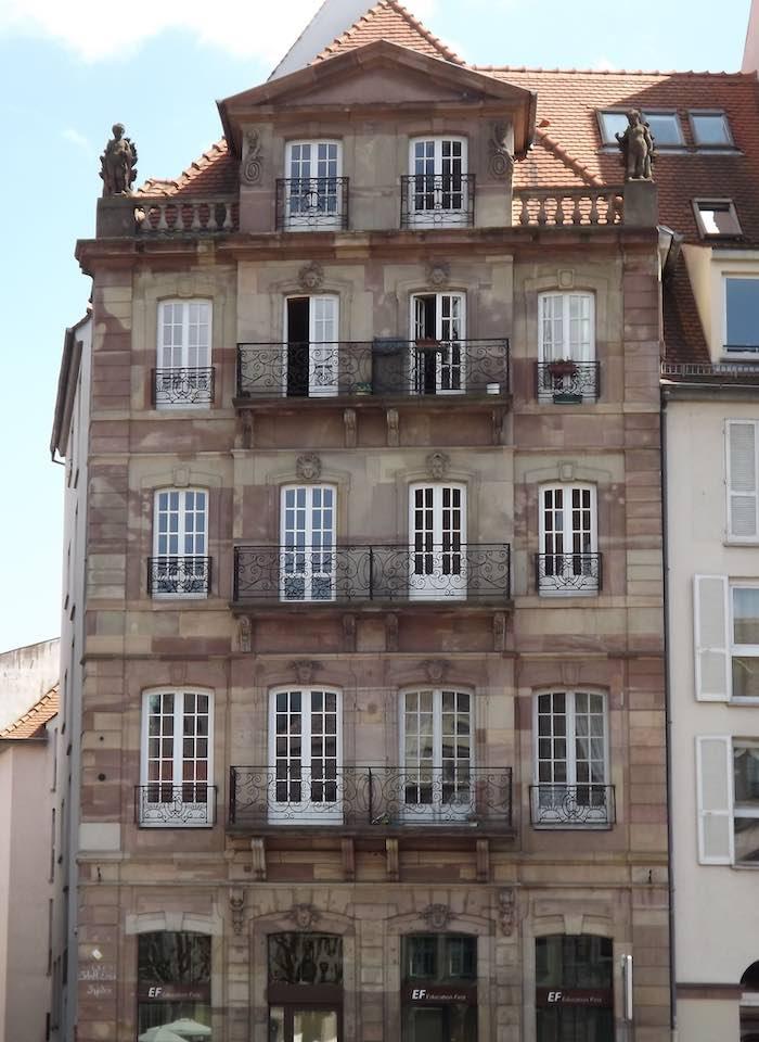mmeuble de la tribu des Bateliers (corporation de l'ancre) sur lequel on peut encore voir les angelots et des mascarons représentant les saisons. Jusqu'en 1973, le bâtiment était surmonté par une petite tour qui servait de phare aux bateliers. © Eurométropole de Strasbourg