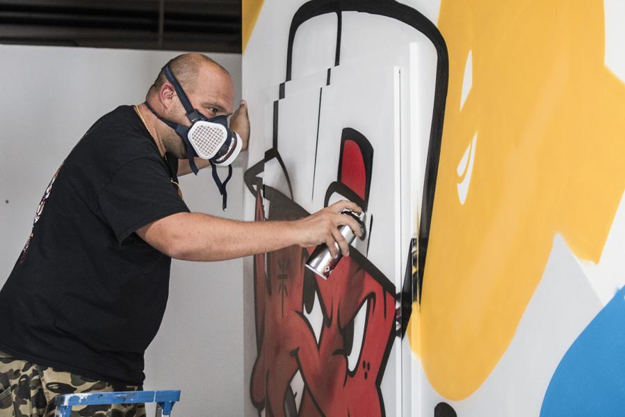 L'artiste et graffeur strasbourgeois Jaek El Diablo en train de peindre une façade du Studio 116 dans le cadre du Colors Festival @ Martin Lelievre