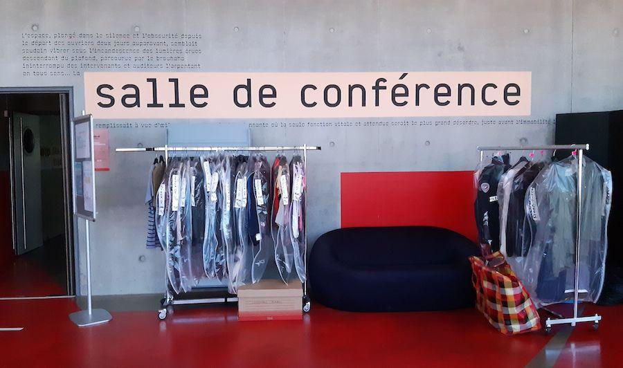 Les costumes sont directement enfilés par les comédiennes et comédiens qui sont les seuls à pouvoir toucher à leurs propres vêtements. Sur le tournage d'En quête de vérité (3eme Œil Story), à la Médiathèque André Malraux, à Strasbourg. Photo : Médiathèques de Strasbourg