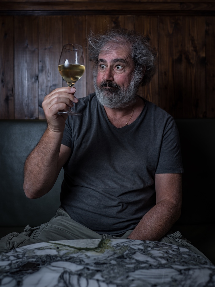 Gustave Kervern regarde un verre de vin, interview © Jésus s. Baptista