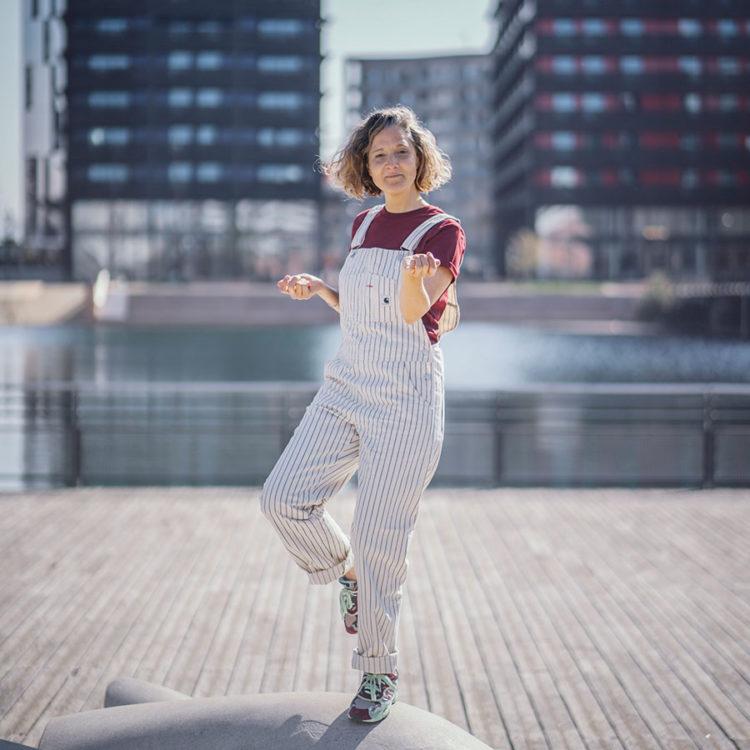 ZUT-STRASBOURG—Karen Chataigne, humoriste, comédienne etscénariste, photographiée à la passerelle Camille Claudel. ©Jésus s. Baptista