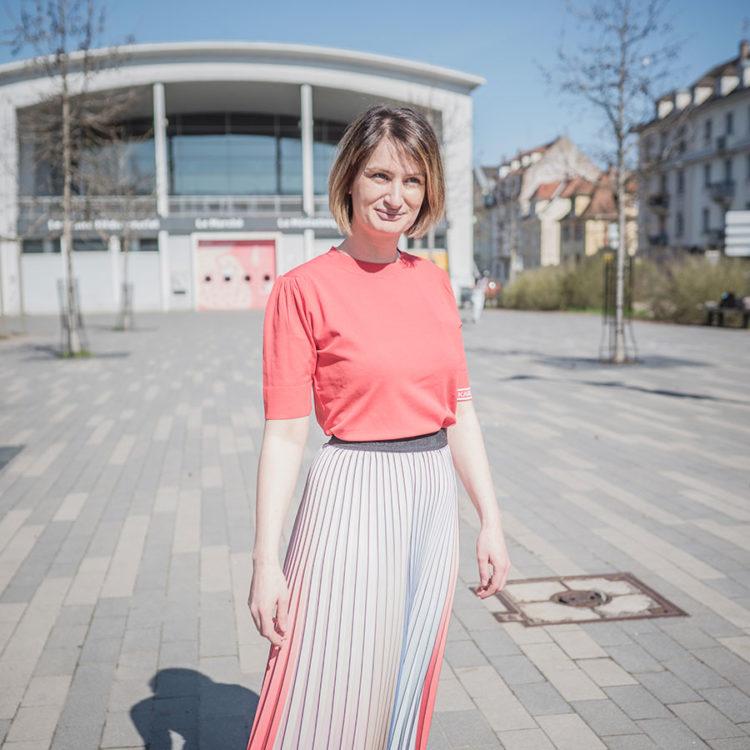 ZUT-STRASBOURG—Marie-Elisabeth North, fondatrice de l'agence de 360° North, photographiée sur la place du Marché àNeudorf. ©Jesus-s-Baptista